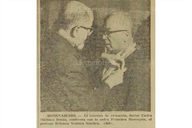 El destacado humanista Carlos Martínez Durán, ministro de Educación en 1970, coloca el botón de la Orden Francisco Marroquín a un docente. (Foto: Hemeroteca PL)
