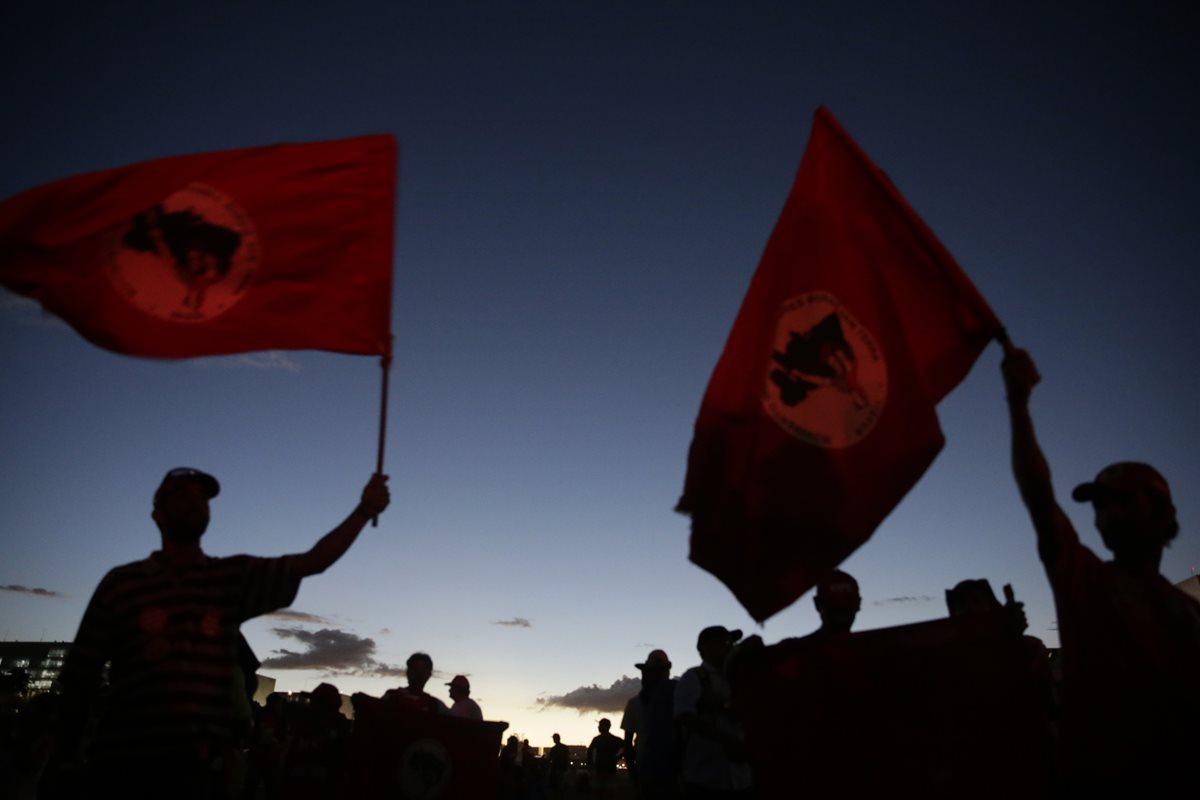 Manifestantes protestan a favor de la presidenta brasileña, Dilma Rousseff, en Brasilia. (Foto Prensa Libre:EFE).