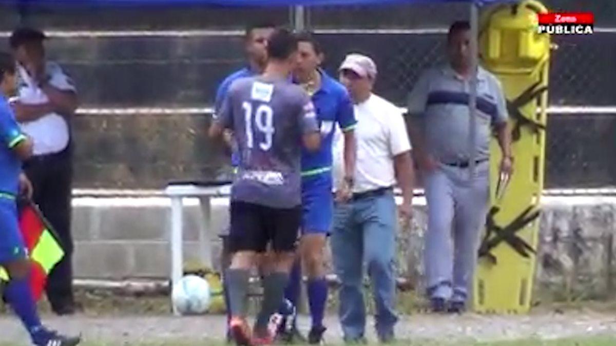 Árbitro agrede a futbolista de Carchá en pleno partido de la Primera División y el Órgano Disciplinario sanciona al jugador
