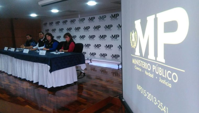 Secretaria General del MP, Mayra Veliz, y fiscales, en conferencia de prensa se desvinculan de acusaciones del diputado Armando Melgar Padilla. (Foto Prensa Libre: Estuardo Paredes)