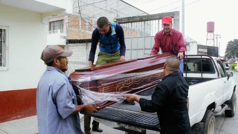 Familiares de  la   fémina muerta a balazos en Mataquescuintla, Jalapa, retiran el cadáver de la morgue local. (Foto Prensa Libre: Hugo Oliva)