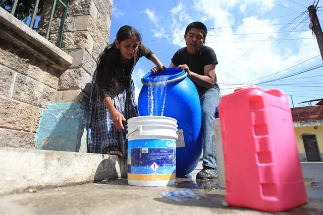 Expertos opinan que se debe cuidar el agua para enfrentar una crisis a futuro. (Foto Prensa Libre: Hemeroteca PL).