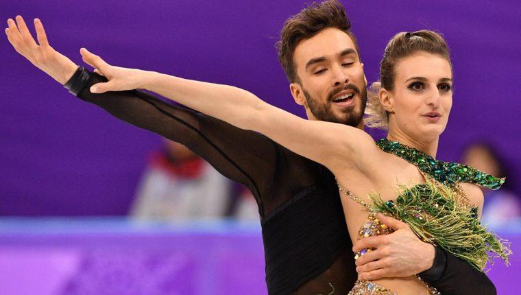 Gabriella Papadakis y su compañero Guillaume Cizeron siguieron su rutina pese al accidente del vestuario. (Foto Prensa Libre: AFP)