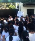 Un grupo identificado como cristianos evangélicos, protesta frente a la sede de la Cicig en la zona 14. (Foto Prensa Libre: Erick Ávila)