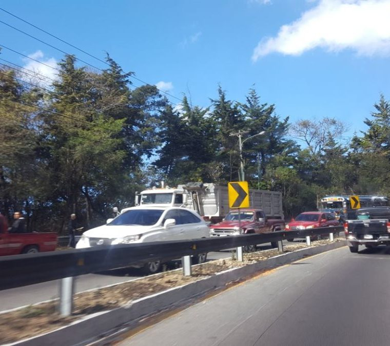Las filas de vehículos llegaron al km 23 de la ruta Interamericana, en San Lucas Sacatepéquez. (Foto Prensa Libre: Julio Sicán)
