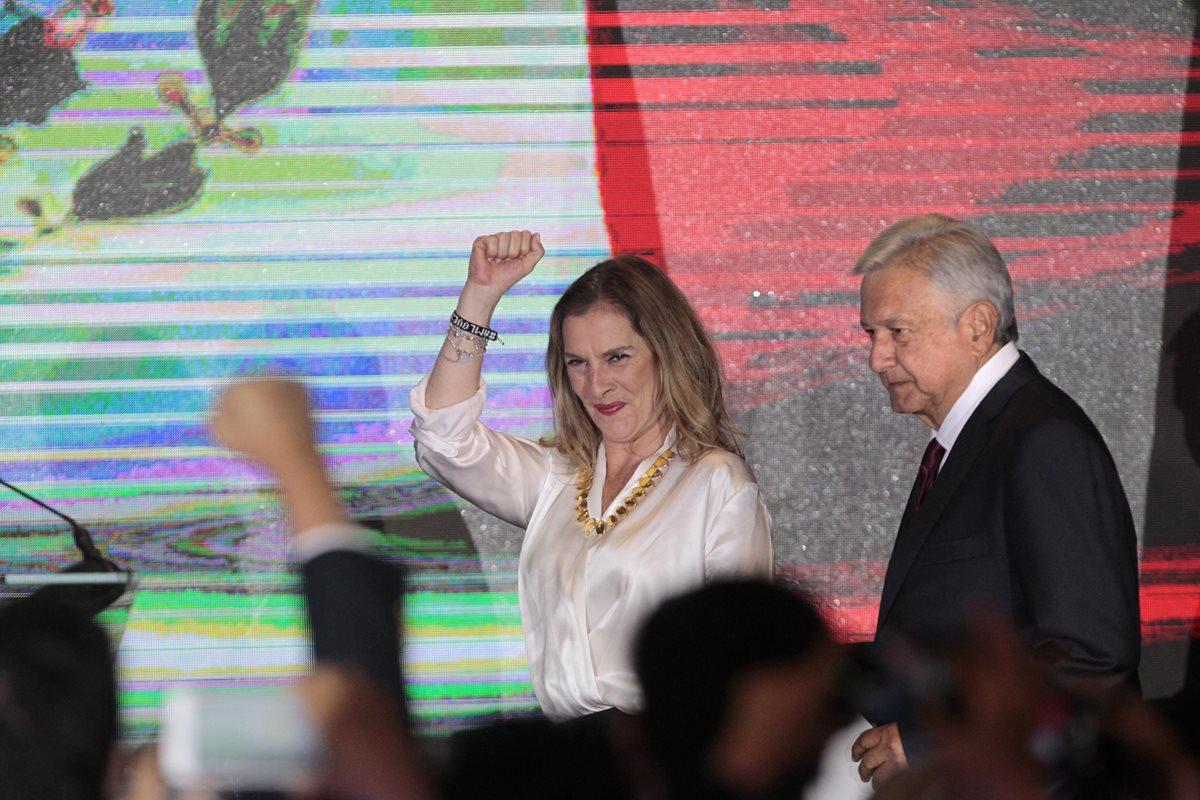 Andrés Manuel López Obrador ofrece declaraciones acompañado de su esposa Beatriz Gutiérrez Müller,  tras ser declarado presidente electo de México. (EFE).