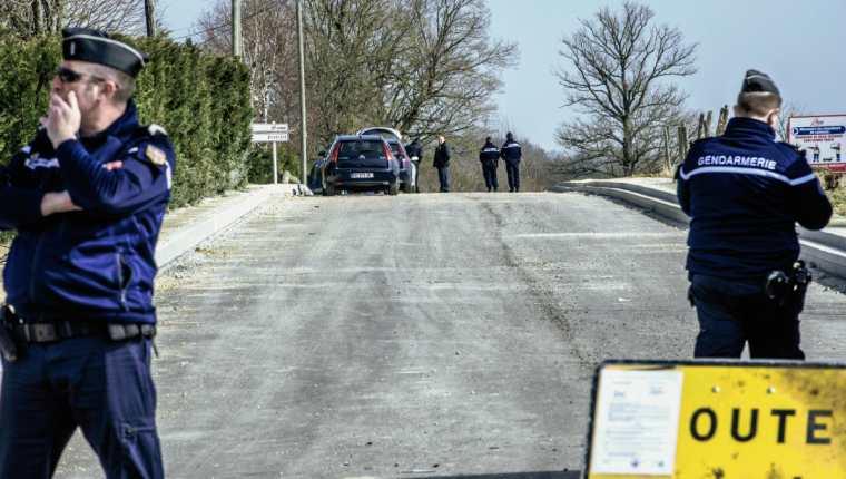 Guardias de la Gendarmería de Francia, hacen operativos cerca de la autopista donde ocurrió el robo. (Foto Prensa Libre: AFP).