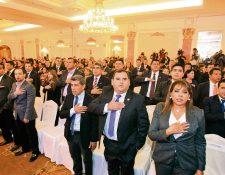 Los funcionarios que recibieron de los magistrados del TSE los documentos que los acreditan como servidores públicos cantan el himno nacional. (Foto Prensa Libre: Esbin García)