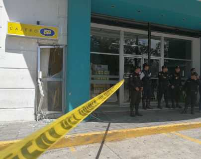 Destrozan puertas para robar en cajero automático de la zona 2