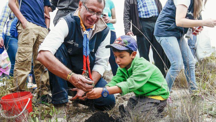 Jorge Glas vice presidente de Ecuador junto a su hijo en la campaña de reforestación.(Foto Prensa Libre: EFE)