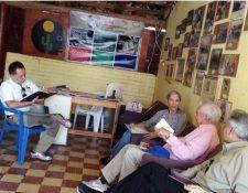 Mario Vargas Llosa (segundo de la derecha) en la sede de la Asociación Zacapaneca de Contadores de Cuentos y Anécdotas (Azcca) (Foto Prensa Libre: Twitter / @EvelynMorataya).
