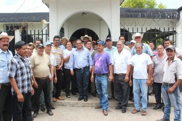 Jefe edil, frente al Juzgado de Paz de Taxisco, Santa Rosa, donde negó los cargos en su contra. (Foto Prensa Libre: Oswaldo Cardona)