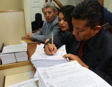 Agentes del MP y Cicig presentan la solicitud de antejuicio ante un juzgado. (Foto Prensa Libre: Alvaro Interiano)