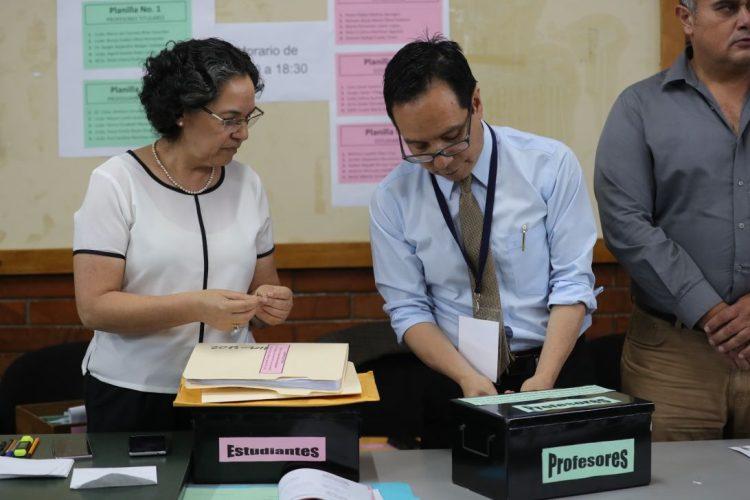 En cajas separadas se guardan los votos emitidos por estudiantes y maestros