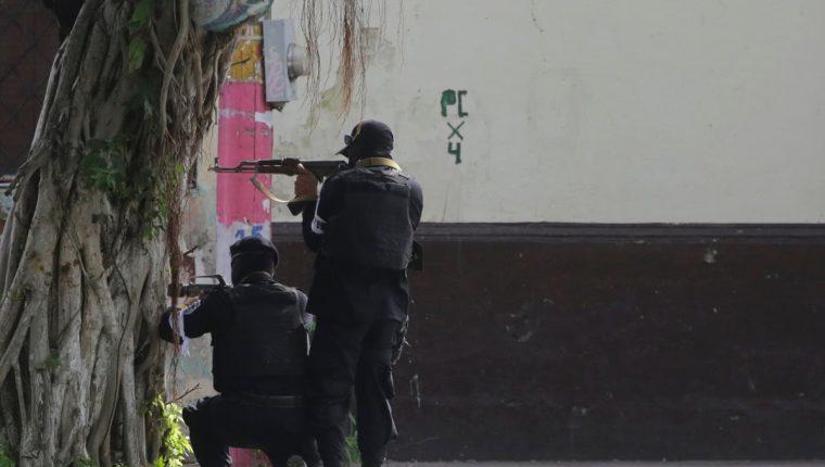 La fuerzas de la policía antidisturbios se enfrentan a manifestantes antigubernamentales en un barrio de Monimbo en Masaya. (Foto Prensa Libre:AFP)
