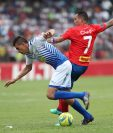 Los delanteros Othoniel Arce (izquierda) y Blas Pérez (derecha) no tuvieron una buena tarde y se quedaron con ganas de anotar goles. (Foto Prensa Libre: Francisco Sánchez)
