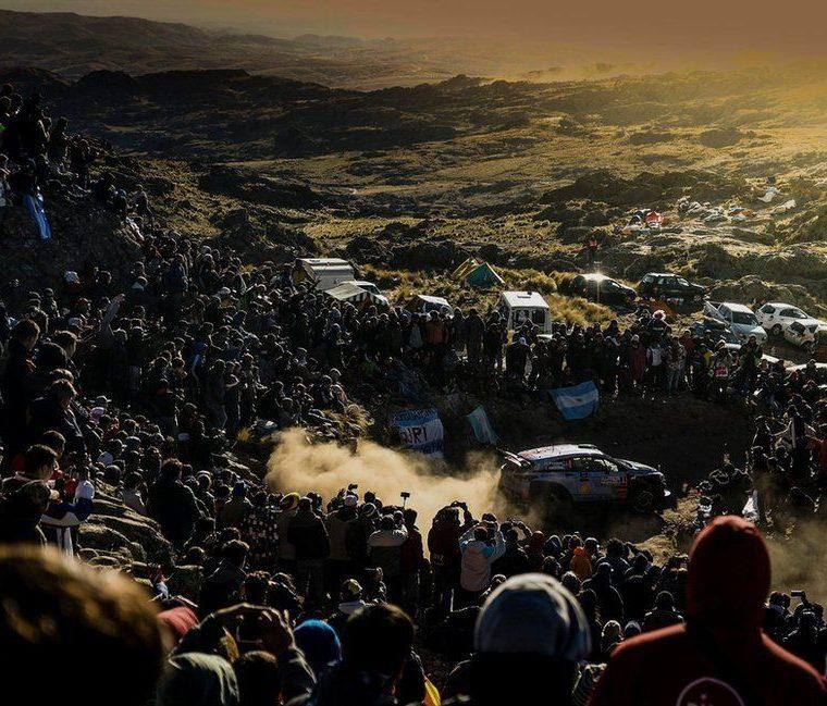 El neozelandés Hayden Paddon conduce su auto Hyundai modelo i20 Coupe entre los espectadores durante el cuarto día del Rally de Argentina, el 30 de abril. EPA