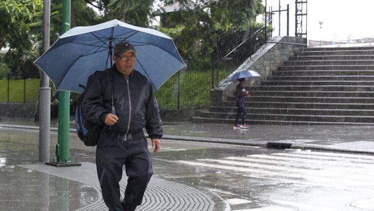 Ante las fuertes lluvias lo mejor es abrigarse y llevar consigo un paraguas.  (Foto Prensa Libre: Hemeroteca PL)