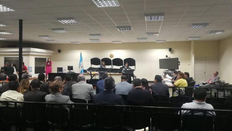 Durante la audiencia una silla se rompió y provocó que varios abogados defensores cayeran al suelo. (Foto Prensa Libre: Javier Lainfieta)