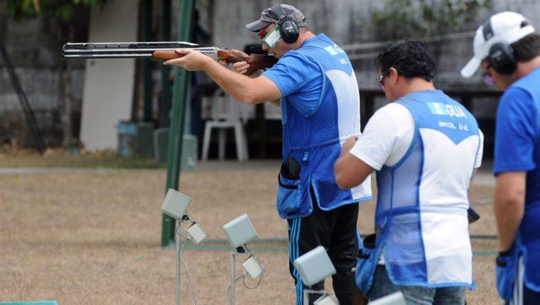 Enrique Brol en uno de los entrenamientos en la Asociación de Tiro. (Foto Prensa Libre: Jeniffer Gómez).