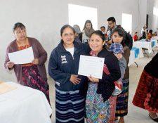 PARTICIPANTES muestran  diploma de capacitación, en Santa Apolonia, Chimaltenango. (Foto Prensa Libre: Víctor Chamalé)