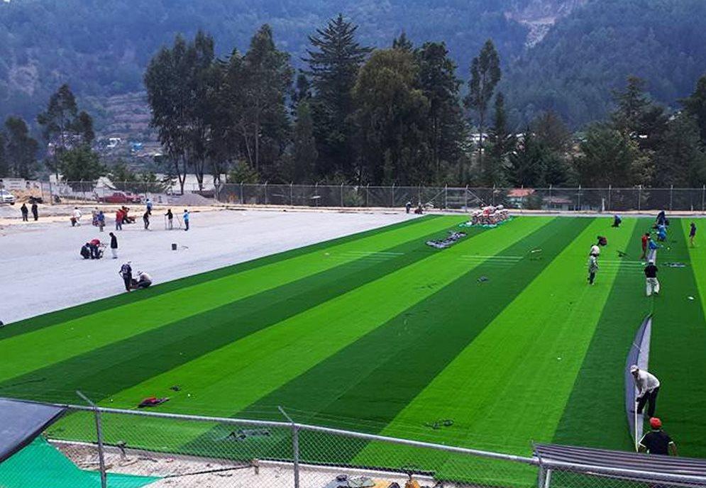 La instalación de la gramilla sintética en la cancha de futbol de Comitancillo avanza a pesar de señalamientos. (Foto Prensa Libre: Whitmer Barrera)