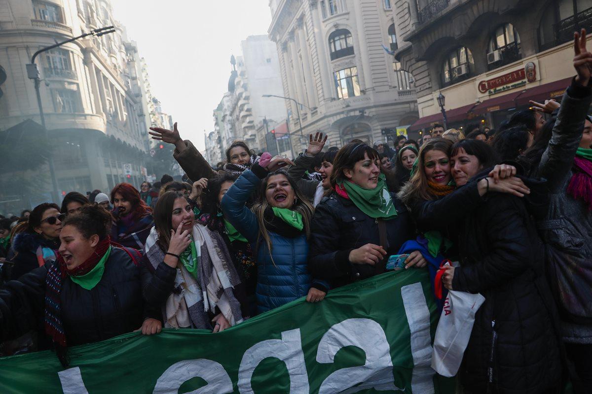 Miles de argentinos festejan la aprobación de la despenalización del aborto por parte de la Cámara de Diputados. (Foto Prensa Libre:EFE).