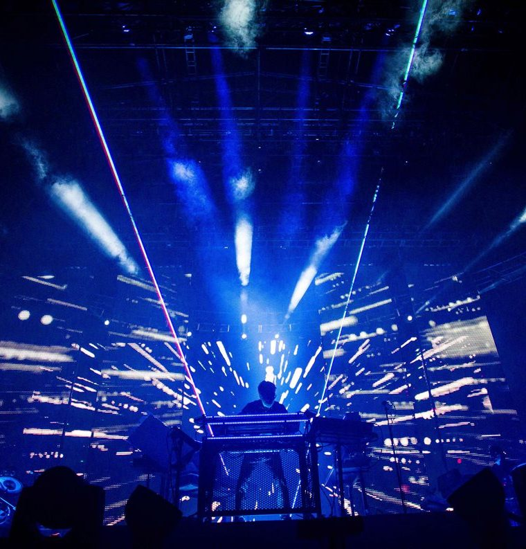Jean-Michel Jarre hipnotizó a los asistentes con sus juegos de luces láser. (Foto Prensa Libre, AFP).