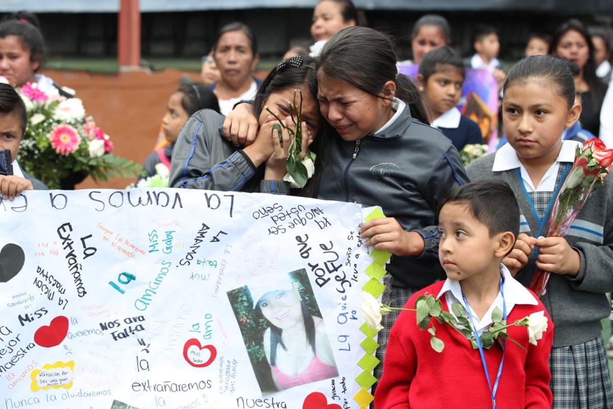 Estudiantes ofrecen ofrenda floral para las víctimas del accidente en San Cristóbal. (Foto Prensa Libre: Paulo Raquec)