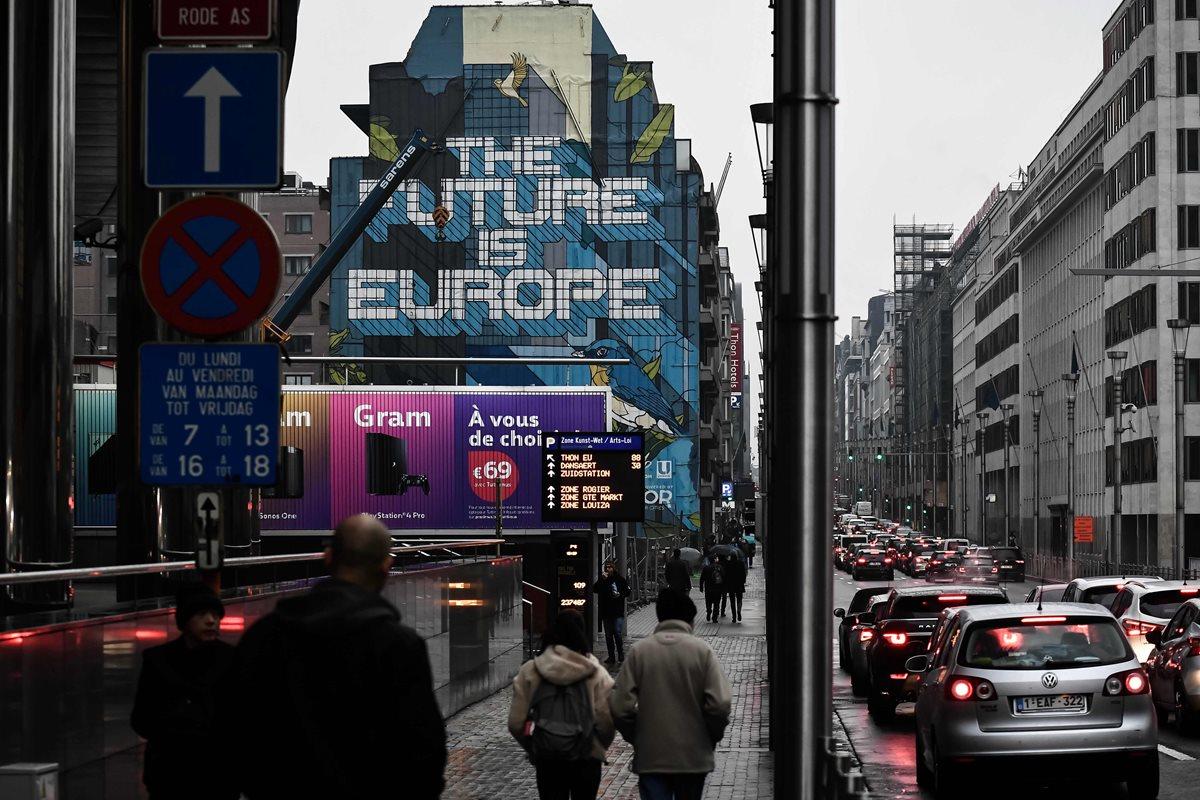Un mural que dice 'El futuro es Europa' se ve en un edificio fuera de la sede de la Unión Europea en Bruselas (Foto Prensa Libre:AFP)