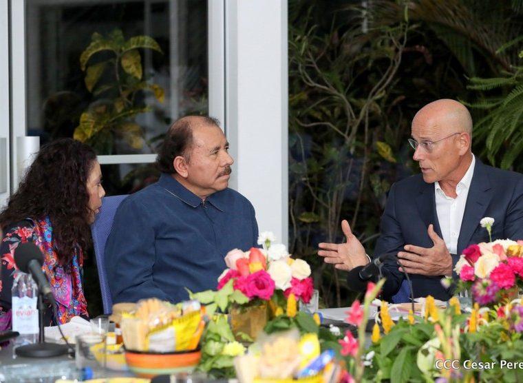 Presidente Daniel Ortega reunido con el empresario Roy Ben-Yami, quien plantea la apertura de microfinancieras en Nicaragua. (Foto Prensa Libre: Presidencia Nicaragua)