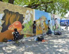 Jóvenes estudiantes de Arte viajaron de la capital a Estanzuela, Zacapa, para plasmar estampas de animales ya extintos que se exhiben en el Museo de Paleontología y Arquelogía. (Foto Prensa Libre: Mario Morales)