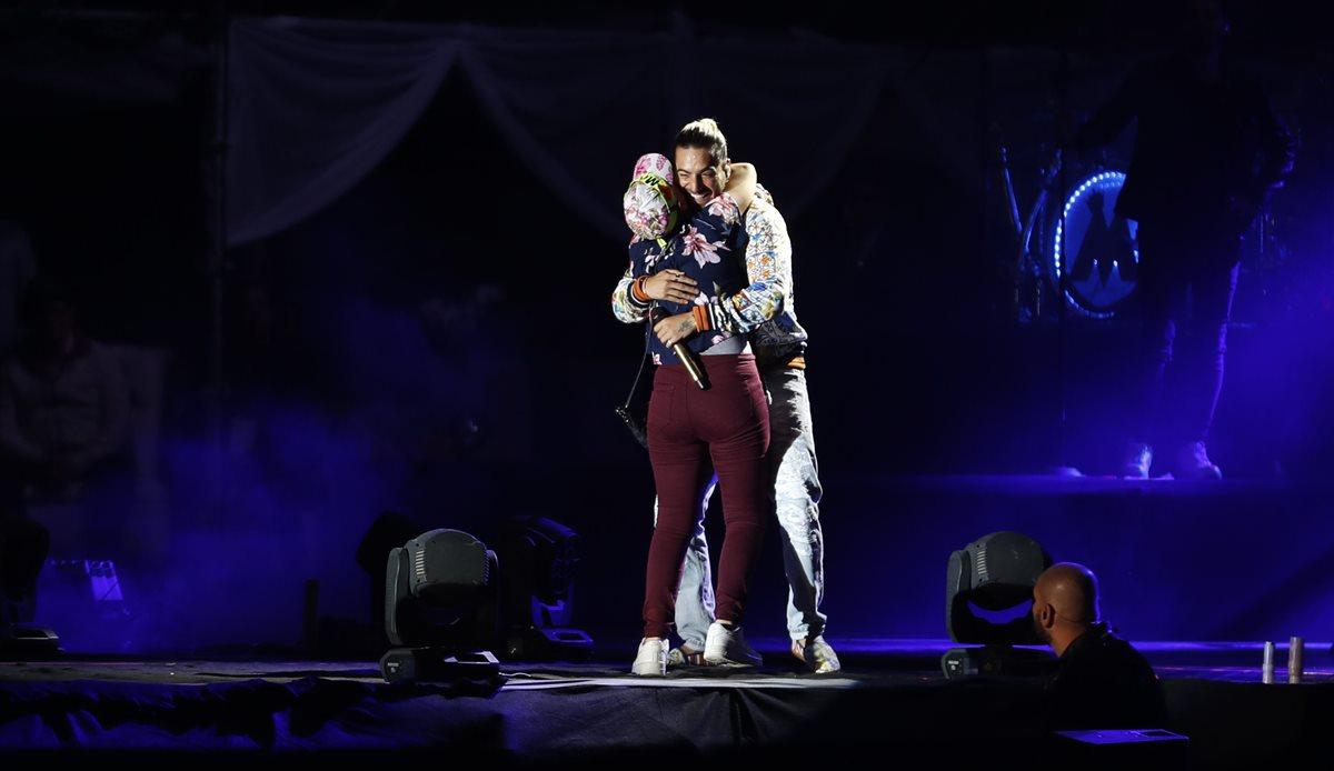 Maluma abraza a Daniela, una seguidora a la que invitó a subir al escenario. (Foto Prensa Libre: Pablo Juárez Andrino)