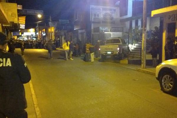 "Agentes de PNC resguardan la escena del crimen. (Foto Prensa Libre: Hugo Oliva)<br _mce_bogus=""1""/>"