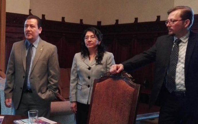 Secretario de Comunicación, Alfredo Brito, (i); subsecretaria, Luz Barrios, (c); vocero presidencial, Heinz Hiemann, (d). (Foto Prensa Libre: Guatevisión)