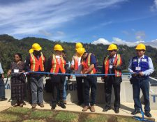 Presidente Jimmy Morales y autoridades del Ministro de Ambiente inauguran la plantan de tratamiento en San José Chacayá, Sololá. (Foto Prensa Libre: Ministerio de Ambiente)