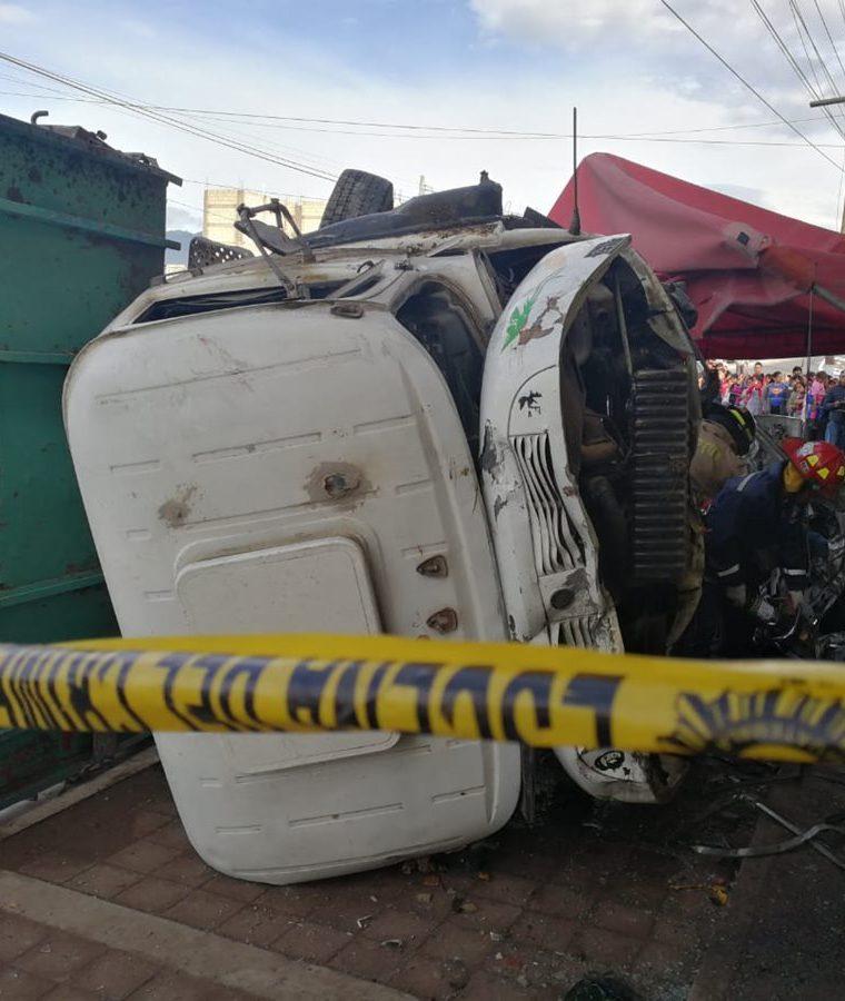 Los dos vehículos accidentados chocaron contra una vivienda. (Foto Prensa Libre: Mynor Toc).