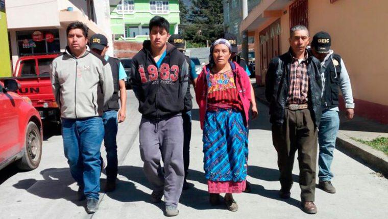 La familia fue capturada este martes acusada de intentar asesinar a un hombre por negarse a vender su terreno en Ixchiguán. (Foto Prensa Libre: Whitmer Barrera)