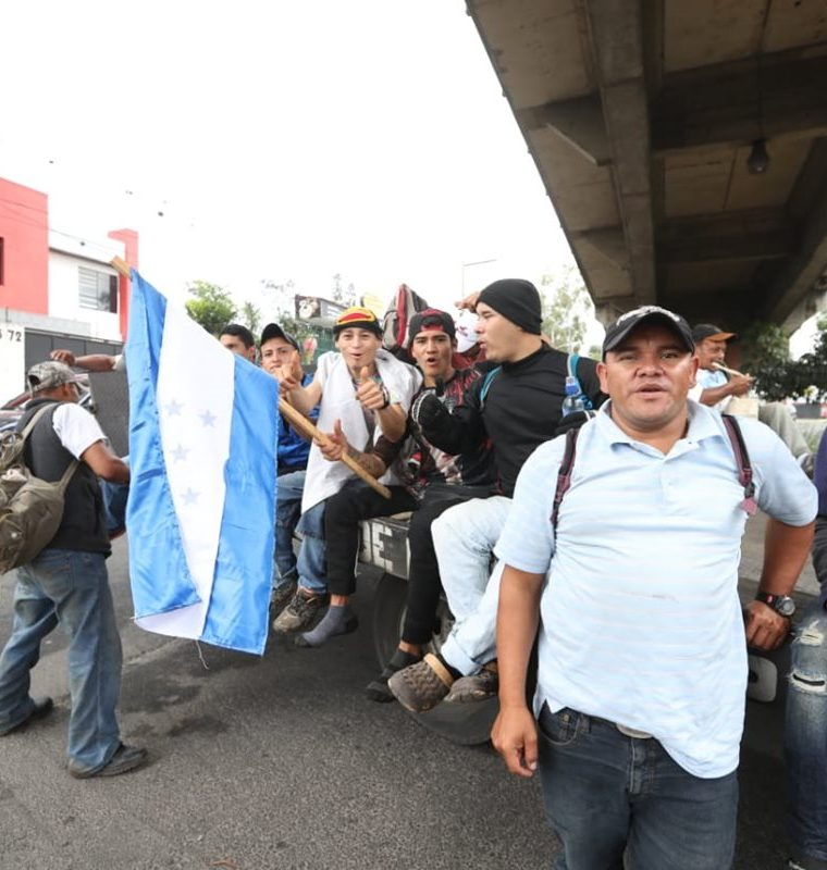 La solidaridad de los guatemaltecos ha ayudado a que los hondureños avancen. (Foto Prensa Libre: Óscar Rivas)