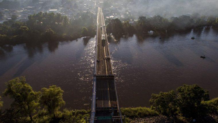 Autoridades mexicanas permitieron el paso de los migrantes hondureños que aún esperaban en el puente fronterizo con Guatemala, en su travesía hacia EE. UU. (Foto Prensa Libre: AFP)