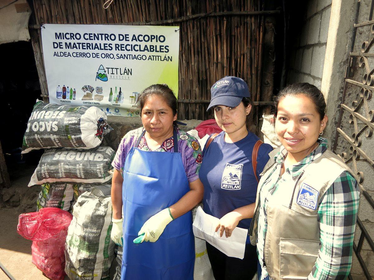 Algunas de las mujeres que impulsan los centros de acopio para reunir los desechos y evitar que lleguen al Lago de Atitlán. (Foto Prensa Libre: Cortesía Atitlán Recicla).