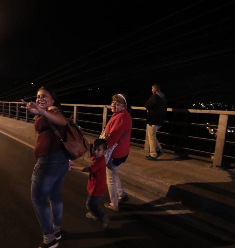Familias también llegan a ver los trabajos en el puente. (Foto Prensa Libre: Juan Diego González)