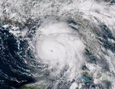 El huracán Michael, de categoría 4, se desplaza al norte-noroeste sobre el sureste del Golfo de México, con vientos máximos sostenidos de hasta 240 kilómetros por hora, con dirección al estado de Florida. (Foto Prensa Libre: EFE)