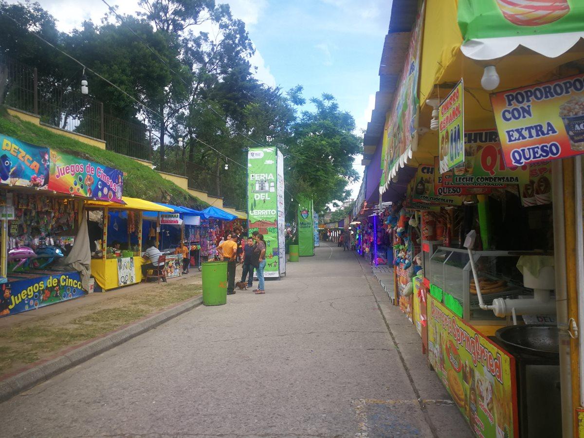 Las ventas de comida se instalaron en la avenida Juan Chapín, frente al Cerrito del Carmen.(Foto Prensa Libre: José Patzán)