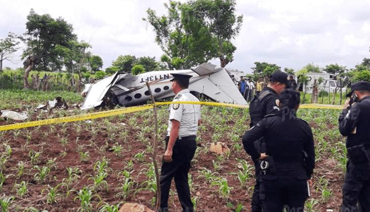 Autoridades encuentran droga en la avioneta accidentada el domingo último en Génova, la cual salió del Aeropuerto La Aurora. (Foto Prensa Libre: Hemeroteca)