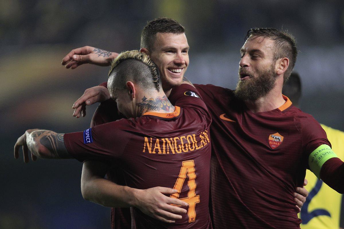 Edin Dzeko es felicitado luego de anotar triplete en la Europa League. (Foto Prensa Libre: AFP)