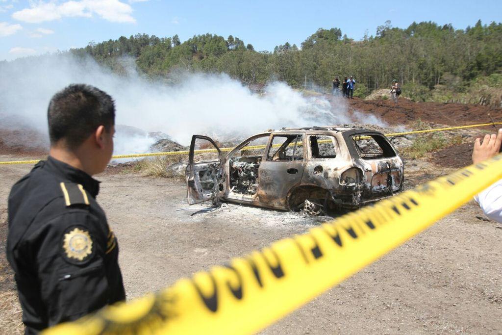 Hallan dos vehículos y dos cadáveres quemados en Escuintla y Santa Rosa