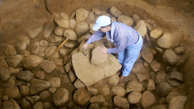 Arqueólogos descubren platos ceremoniales que tienen relación con el ombligo de Tak'alik Ab'aj, los cuales están alineados. (Foto Prensa Libre: Rolando Miranda)