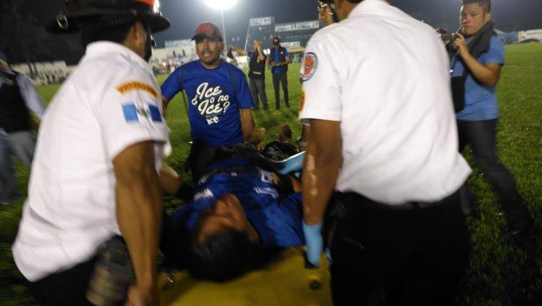 Una aficionada de Cobán Imperial resultó herida en los incidentes que se dieron en el estadio José Ángel Rossi después de la derrota de los cobaneros contra Guastatoya. (Foto Prensa Libre: La Red)