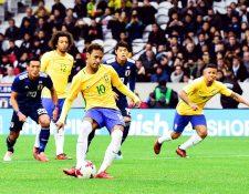 El jugador brasileño Neymar Jr. (c) marca el primer gol de su selección durante el partido amistoso celebrado entre Japón y Brasil en Lille. (Foto Prensa Libre: EFE)